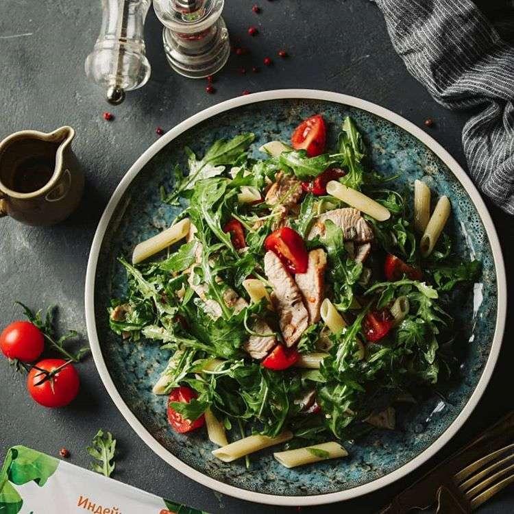 Зимняя еда: пять рецептов теплых салатов с мясом