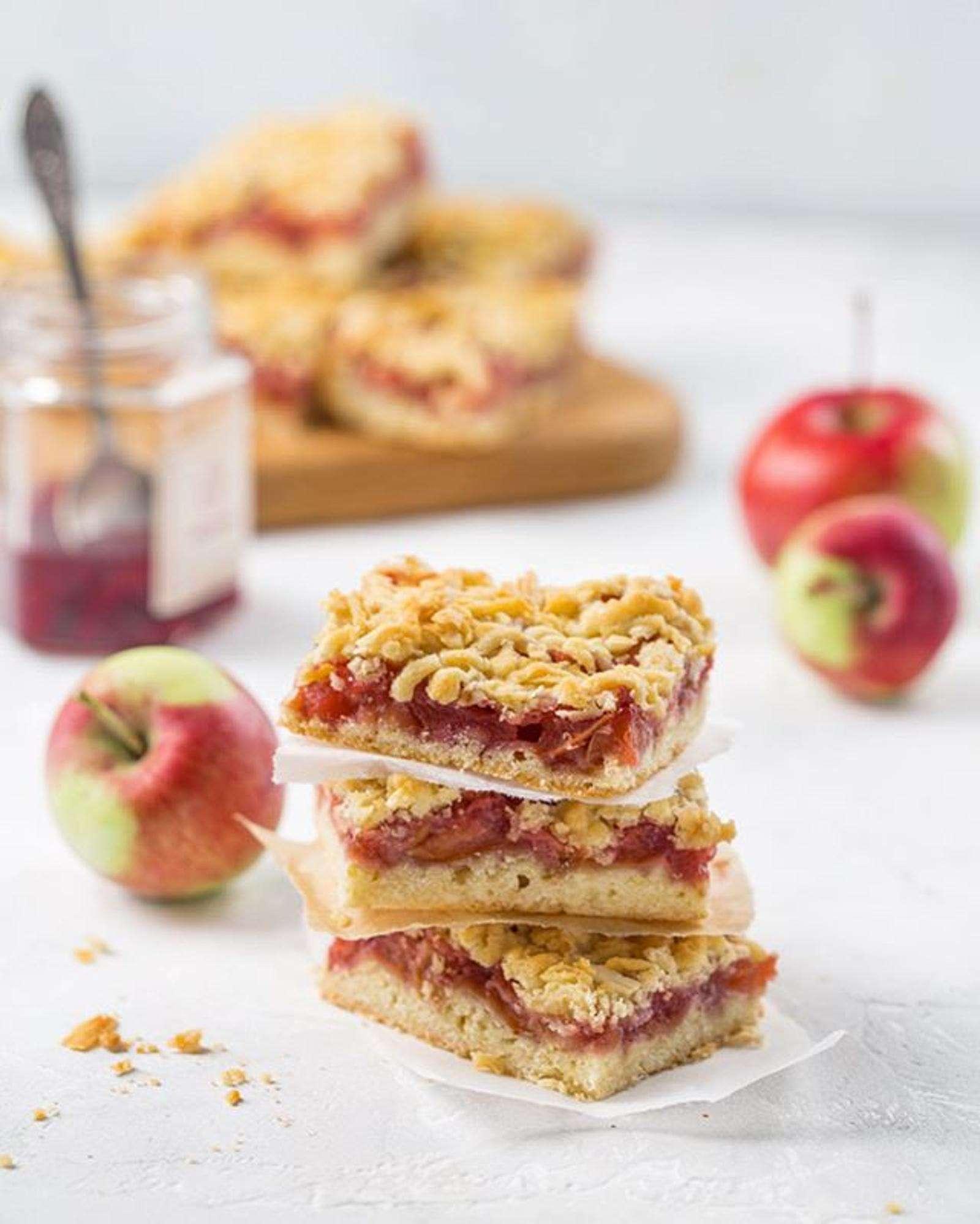 Просто и вкусно! Готовим яблочные квадратики с ягодным вареньем