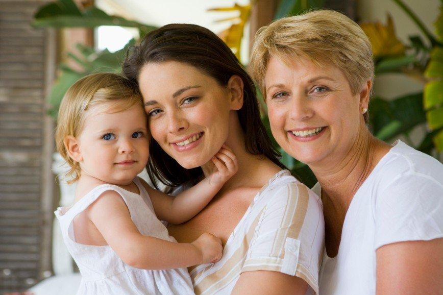 Дети и родная бабушка: стоит ли просить маму нянчиться с внуками