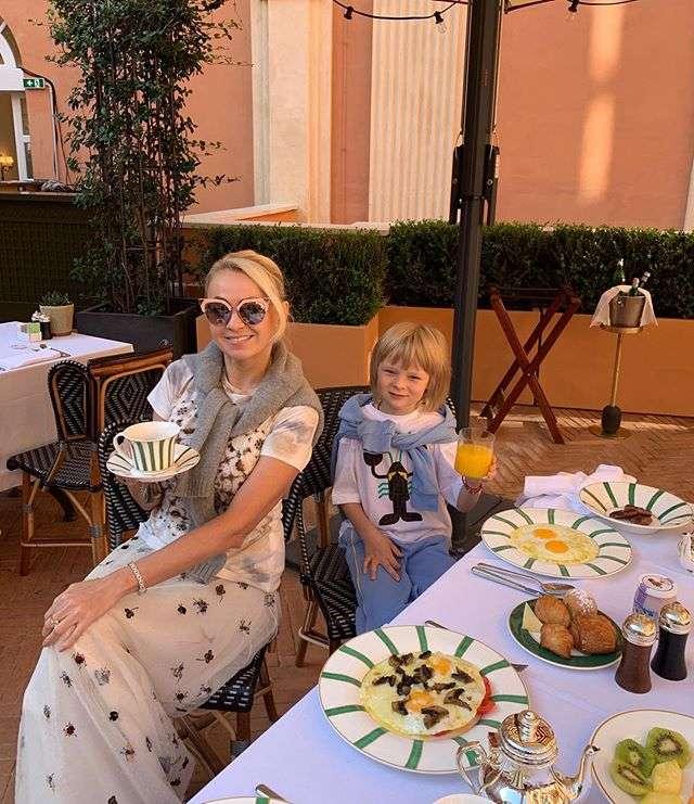 Яна Рудковская продемонстрировала римский завтрак в бело-желтых тонах