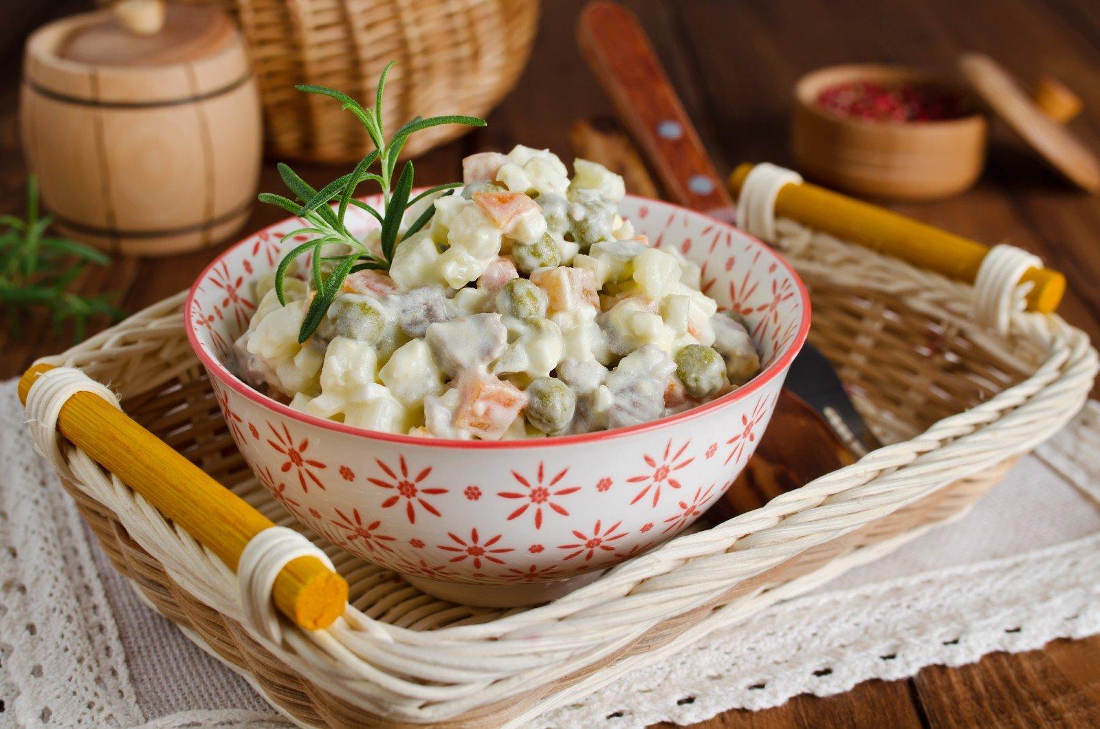 Оливье для дорогих гостей: готовим классический салат с самыми изысканными ингредиентами