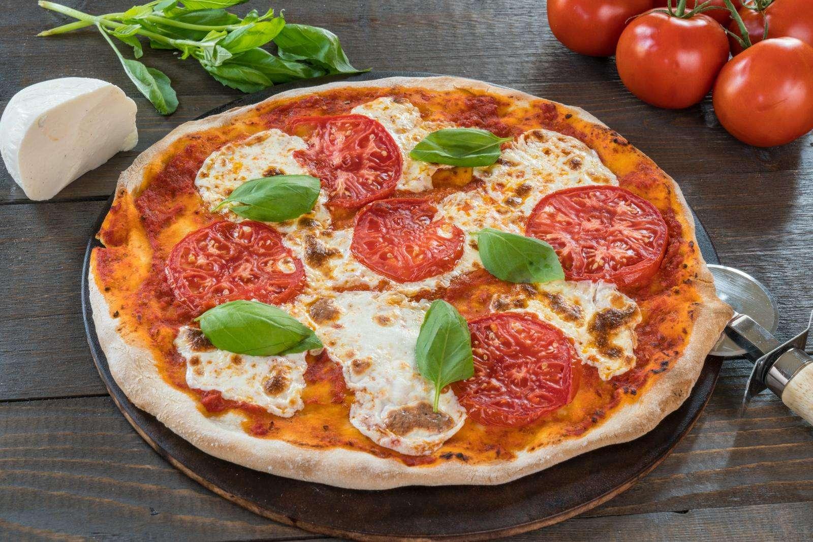 Для вкусной пятницы! Готовим сочную дрожжевую пиццу с двойной начинкой