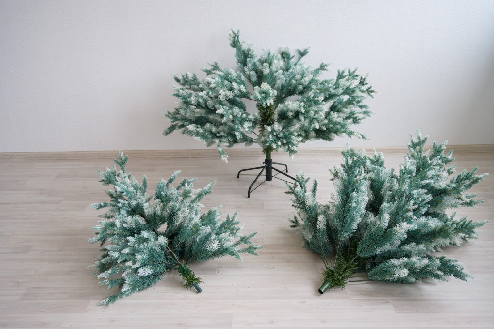 Не сыпется, не колется, не падает: как выбрать искусственную елку, которая радует
