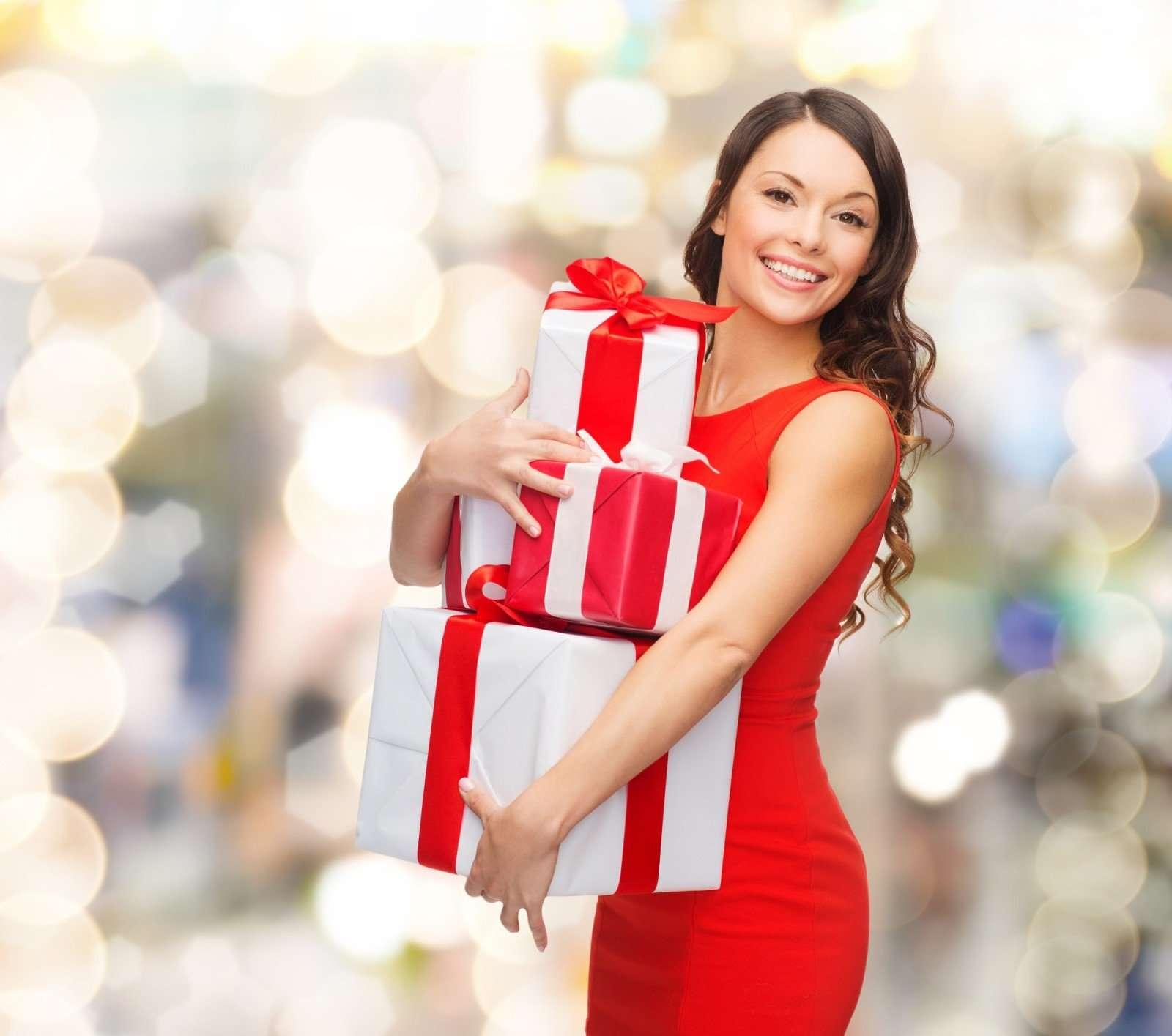 Бухгалтеру, начальнице и подружке: что подарить на Новый год женщинам