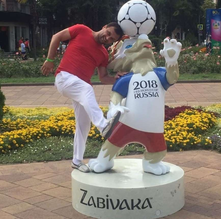 Забивака, дай пас: болельщики фотографируются с талисманом ЧМ по футболу