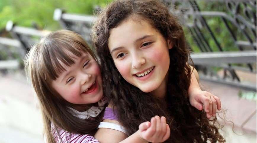 Что у девочки с ногой? Учим ребенка общению с особенными людьми